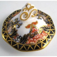 'Crown Staffordshire Porcelain Co.' Lid, decorated in Imari style in deep blue, orange and rich gilding, c1905+