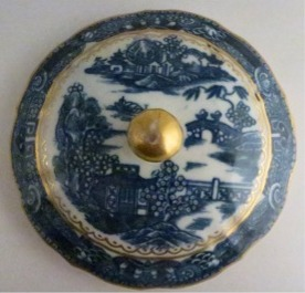 Sucrier cver - Caughley fluted Sucrier and Cover, printed with blue and white 'Pagoda' pattern with applied gilded decoration, Salopian 'S' mark, c1785